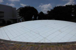 日本列島球体模型の上でビーバースカウトが飛びまわっています